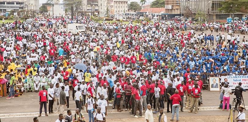 Image : 40 000 jeunes et femmes derrière Paul Biya