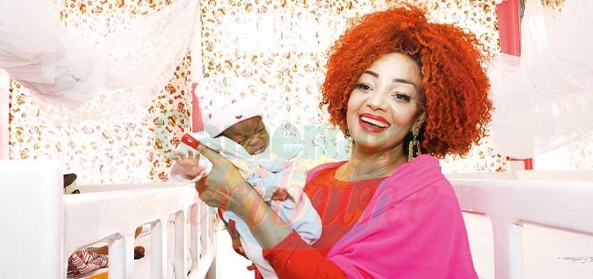 Mme Chantal Biya heureuse de la bonne évolution de ce bébé.