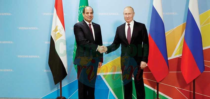 Poignée de mains entre les présidents Abdel Fatah al-Sisi et Vladimir Poutine.