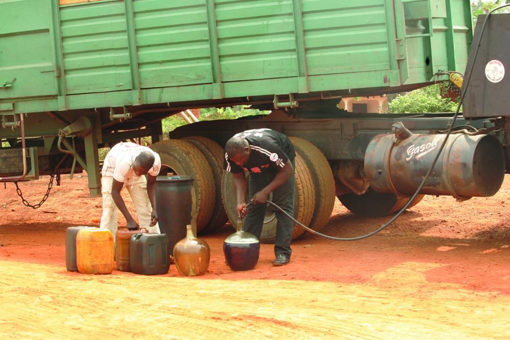 Le siphonage des camions des camions, une spécialité des trafiquants.