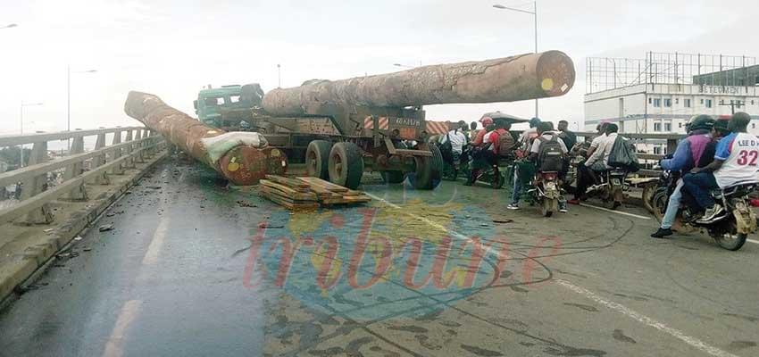 L'accident a pratiquement bloqué la voie.