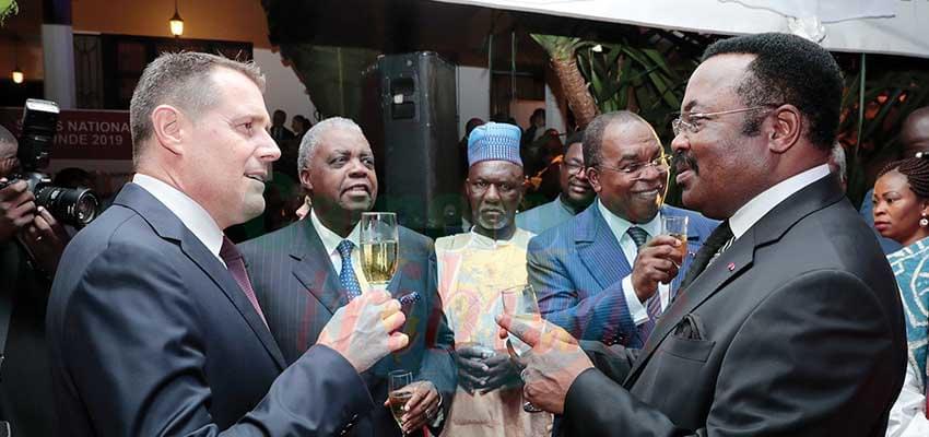Echanges entre Pietro Lazzeri et quelques officiels camerounais invités.