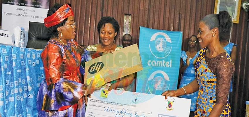 Minister Minette Libom hands over the Special Prize of the President to the winning team