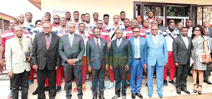 Minister Narcisse Mouelle Kombi with the players.