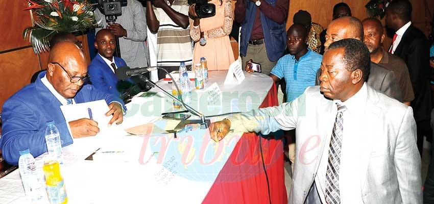François Marc Modzom, journaliste-enseignant, a présenté mercredi à Yaoundé, son livre « Les silences de Paul Biya ».