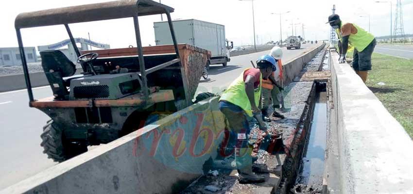 Image : 2e pont sur le Wouri: des déchets solides obstruent le passage des eaux de ruisselement