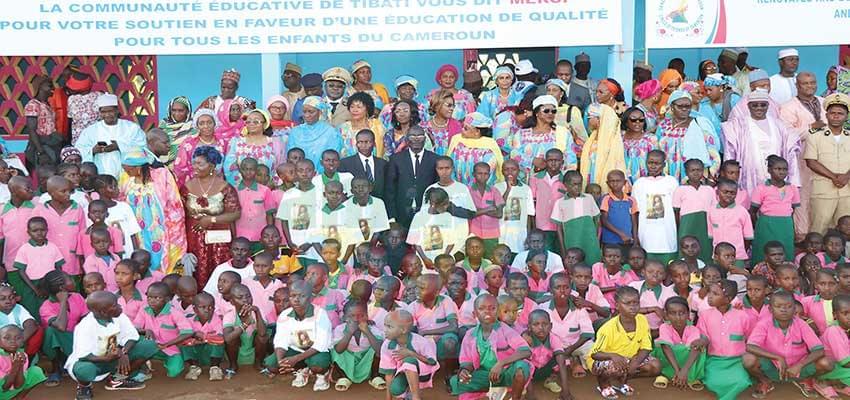 Madame Koulssoumi Aladji Boukar, représentante personnelle de la première dame, pose avec les bénéficiaires devant l'école rénovée.