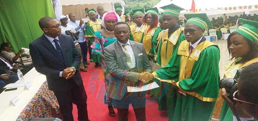 Les lauréats de la première cuvée de l'Enset d'Ebolowa ont leurs diplômes.