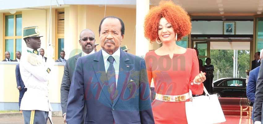 Le couple présidentiel au moment du départ.