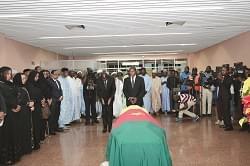 Le représentant personnel du chef de l'Etat s'inclinant devant la dépouille.
