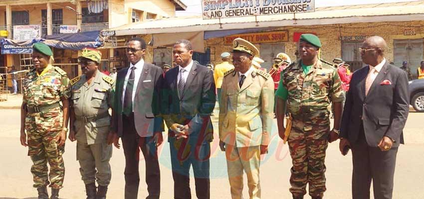 Les trois nouveaux chefs militaires en compagnie du Mindef, du Minat et des gouverneurs du Nord-Ouest et de l'Ouest