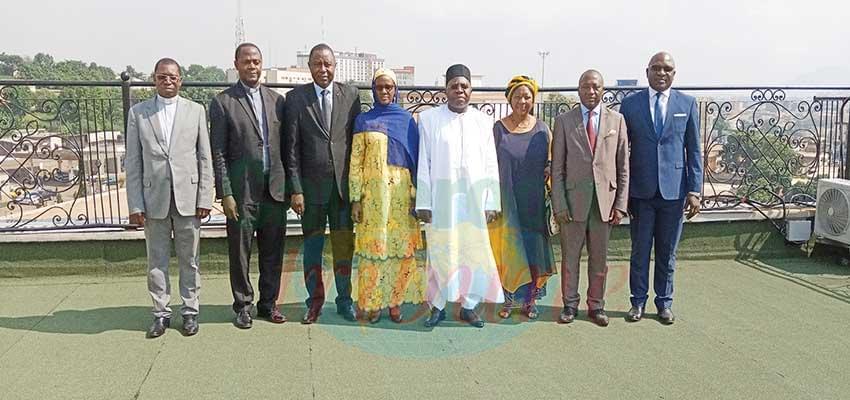 Des membres de la cellule autour du ministre Georges Elanga Obam