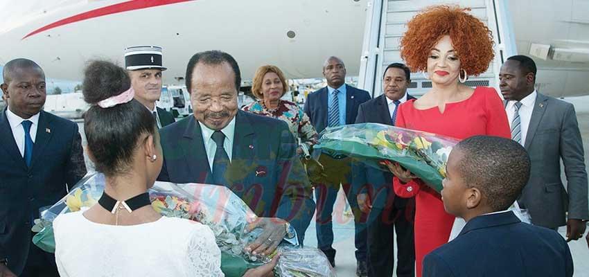 Des fleurs pour Paul et Chantal Biya.