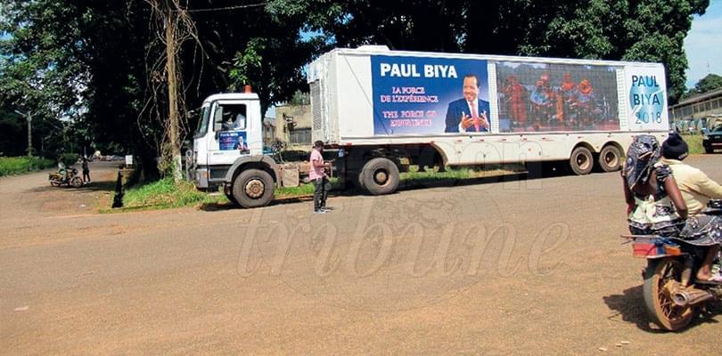 Image : Ngaoundéré: le car-podium du candidat Paul Biya est là