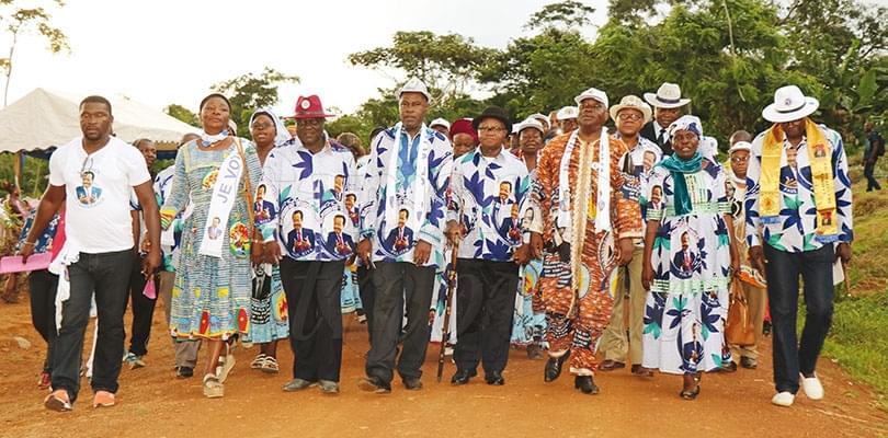 Image : Ekekam III, Ngoas et Akok: tous debout derrière Paul Biya