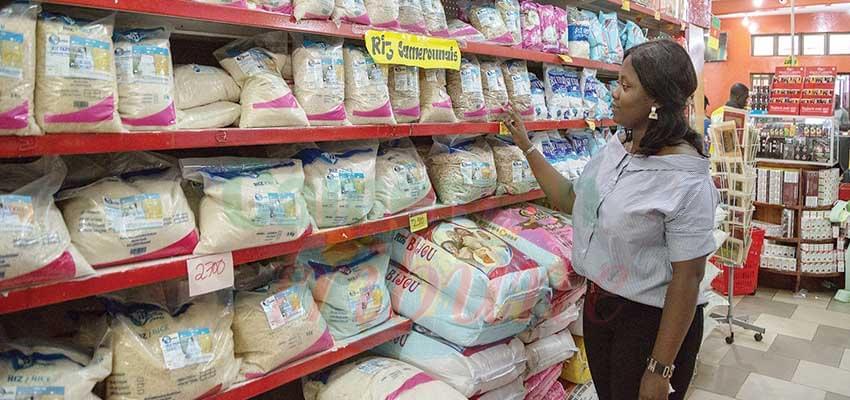 La présence du riz camerounais dans les rayons réjouit les consommateurs.