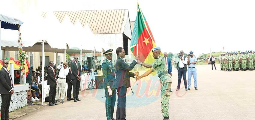 The Commander of the Cameroonian 5th Contingent to MINUSCA returning the flag.