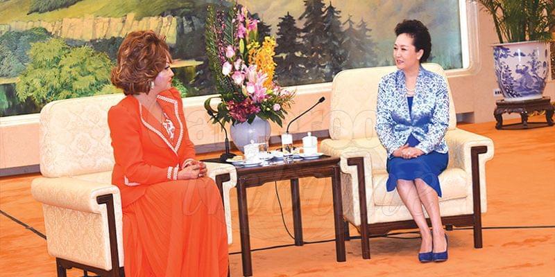 Image : Chantal Biya – Peng Liyuan: la lutte contre le Sida en commun