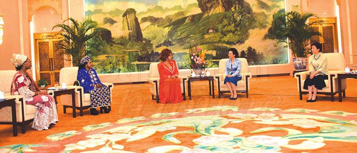 Image : Peng Liyuan-Chantal Biya: Two HIV/AIDS Ambassadors Meet